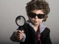 探偵ごっこをする少年