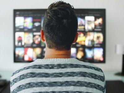 テレビを見る男