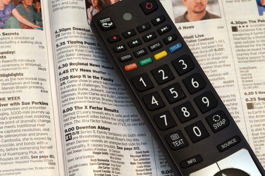 テレビのリモコンと番組表